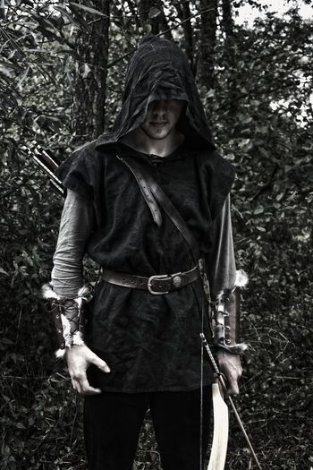 Mittelalterlicher Bogenschütze One Person Forest People Portrait Medival Larp bow Arrow - Bow And Arrow Arrow Medieval Archer Archer hood Retro Sport Assassin Shooter HOODIES Quiver Curve Blackandwhite Photography Black & White Black And White Collection  Black And White Portrait Portraits Pfeil Und Bogen Schwarz & Weiß Man