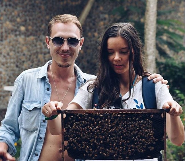 Рома предложил сходить на массаж пчелами. Тебя мажут легкой анестезией, садят пчел, и они жалят в нужные места. Пасечник сказал, что очень хорошо снимают стресс.