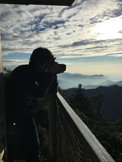 攝影雲海間 Taiwan Real People Sky One Person Cloud - Sky Lifestyles Photographing Photography Themes Nature Leisure Activity Technology Camera - Photographic Equipment Activity Standing Adult Outdoors Photographic Equipment Digital Camera Photographer