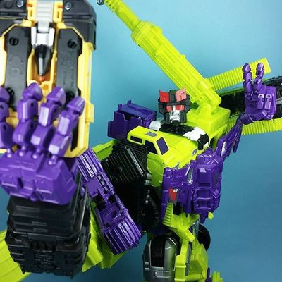 @a_fist_full_of_tentacles tagged me for a figure Stopdropandselfie , so here we have Transformers Prowlastator using his Onyx™ Interface datapad to get cheesy and throw up the duece.