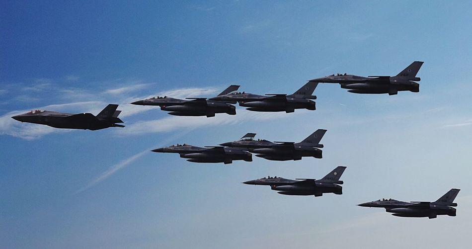 F-35 Lightning II in formatie met meerdere F-16 Fighting Falcons F-35 F-35 Joint Strike Fighter F-35 Lightning II JFS Joint Strike Fighter V Formation Military Airplane Opendagen Luchtmacht 2016 Vliegbasis Leeuwarden