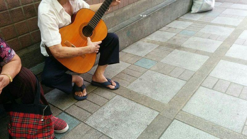 斷弦的人生,繼續彈唱 / Broken strings life, continue playing Eyeem Meetup Taipei My Best Photo 2015 Here Belongs To Me