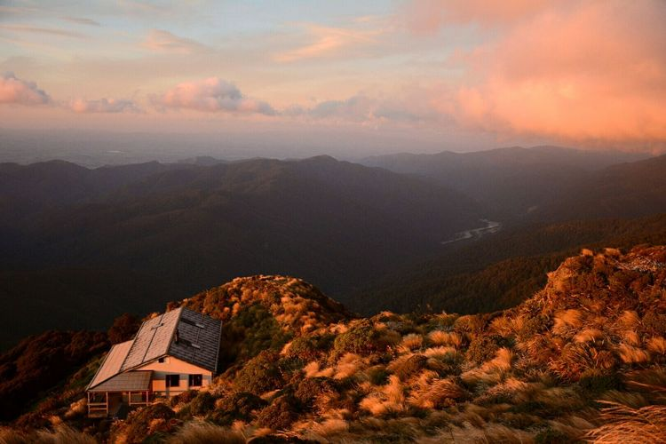 Waking up on this hut. With this view. Hanging Out Mountains Hiking Adventures Enjoying Life New Zealand New Zealand Scenery Outdoors Outdoor Photography Landscape Landscape_photography Landscape_Collection