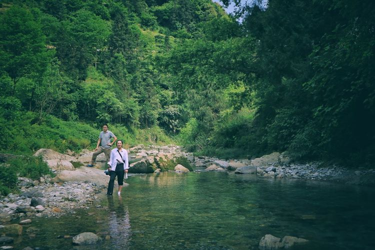 The Great Outdoors - 2017 EyeEm Awards Green Color Walking Nature Full Length Outdoors Tree Day Water Leisure Activity Real People Lifestyles Men Two People Growth Beauty In Nature Togetherness People Adult Adults Only Adults Only Forest Nature Standing Sommergefühle