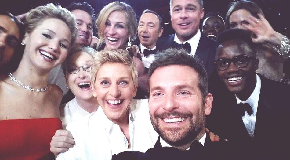 Oscars 2012 selfie :) @channingtatum @bradleycooper @bradpitt @ellen @juliaroberts and others celebs. Oscars Channing Tatum Bradleycooper Juliaroberts