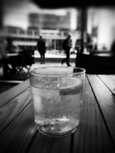 A refreshing Schweppes, ice and lemon, in good company https://youtu.be/DBK_B6m0_tY Semplicity Getting Inspired From My Point Of View Enjoying Life Taking Photos Getting Creative Atmosphere Light And Shadow Hello World Healthydrink Transparence Relaxing Walking Around