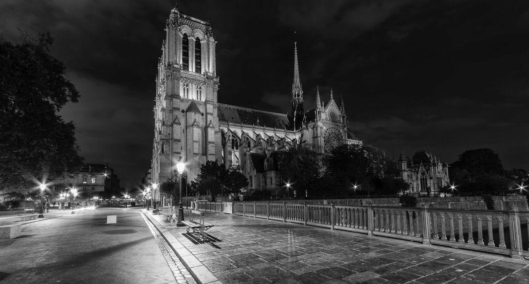 Le Maison de Quasimodo et Les Gargouilles Paris Notre Dame De Paris Notre-Dame France Long Exposure Blackandwhite Photography Architecture Cathedral Citysights Night Nightphotography Travel Destinations