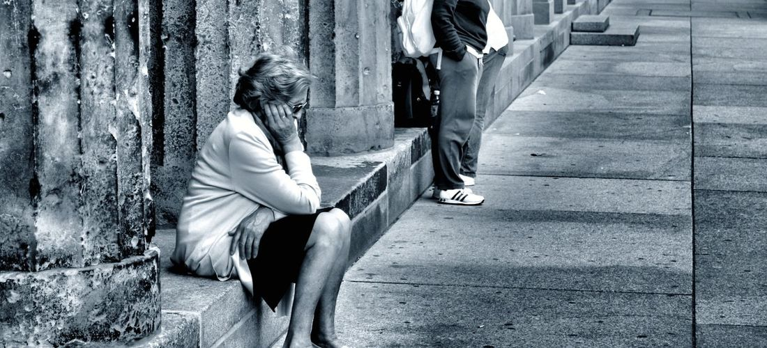 Solitudine City Women Sitting Depression - Sadness Disappointment Sadness Street Distraught