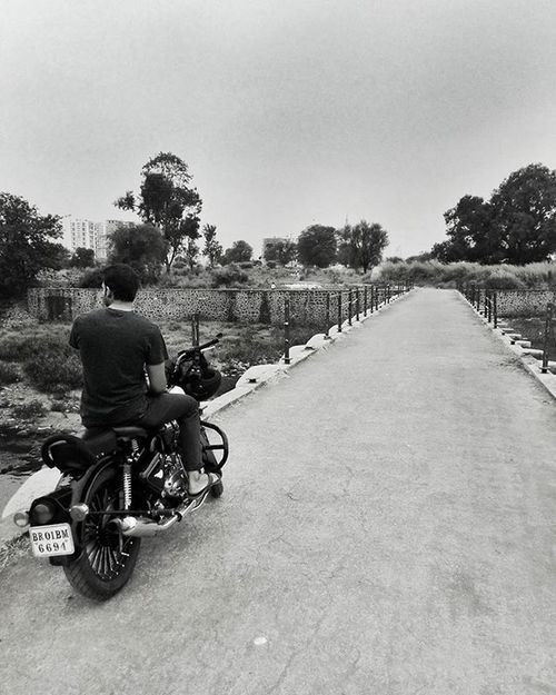 Take the road less travelled and leave a trail. Clicked on the way to Hinjewadi village, Pune. Royalenfield Motorcycle Travellerslife Travellers Streetphotography Street Blackandwhite Blackandwhitephotography Road Roadtrip Indiapictures _soi TPSextreme TPSAffinity @betterphotography @magnumphotos Lonelyplanetindia Lonelyplanet Punephotographylovers Puneclickarts Puneinstagrammers Bikeride Bridge Maharashtra_ig Maharashtra Asus Mobilephotography monochrome 500cc @puneinstagrammers