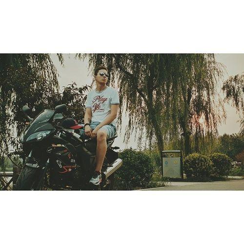 中国 淄博 公园 日落 很 优美 帅哥 摩托车 takeapic vscocam vsco photogrid insta China chinaonelove lovechina park lake motorbike kawasaki 800cc