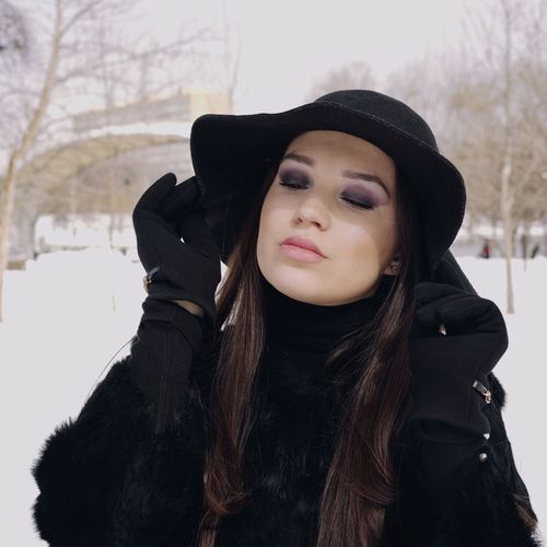 Hat One Woman Only One Young Woman Only Warm Clothing Young Women Portrait Cold Temperature Human Lips Winter Smiling Beautiful Woman Women Beauty Fur Coat Fur Overcoat Coat Winter Coat
