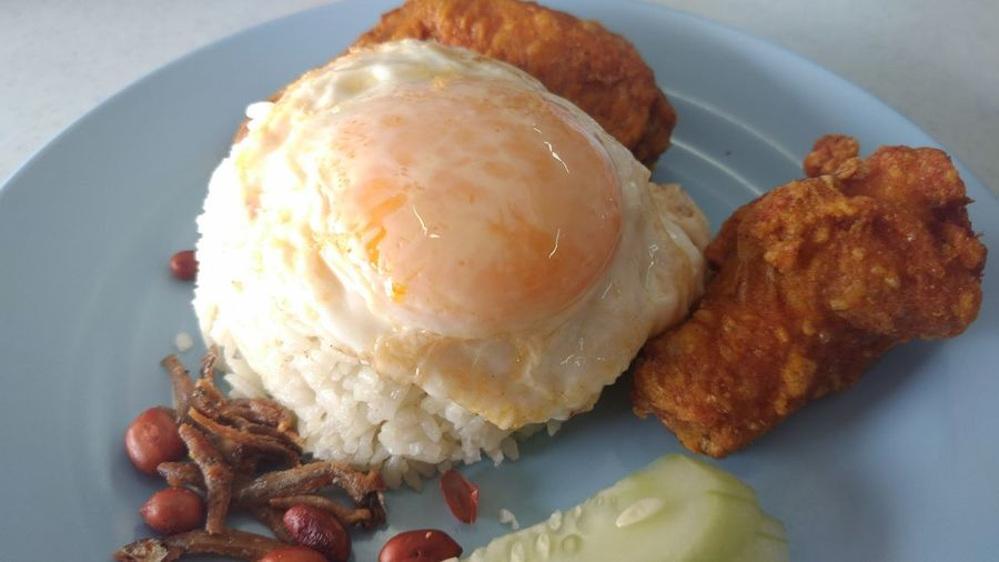 Nasi lemak with fried chicken and a gooey fried egg. Gloriously delicious Gooey Yolk Nasi Lemak Friedchicken Egg Egg Yolk Delicious Simplicity Food Food And Drink Sweet Food Dessert Plate Ready-to-eat Indulgence Food Stories