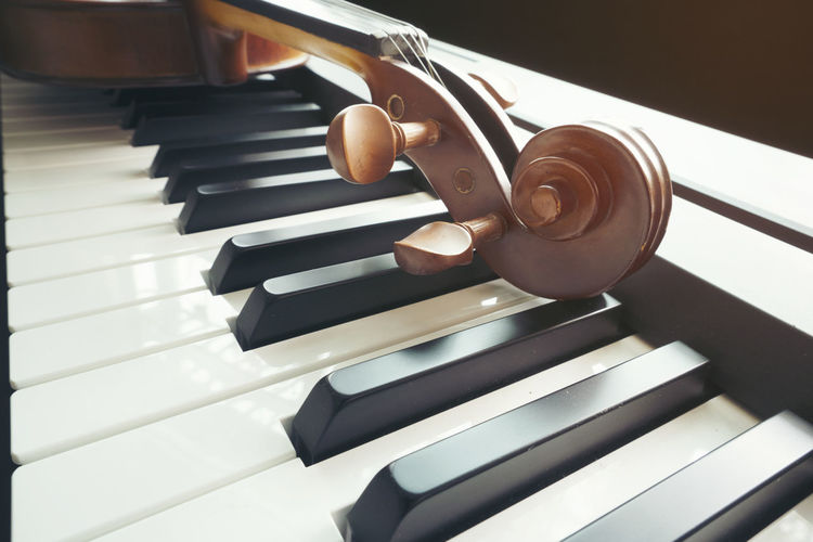 Piano keyboard with violin,top view Musical Instrument Musical Equipment Music Piano Piano Key Indoors  Close-up Arts Culture And Entertainment No People High Angle View Still Life White Color Wood - Material Focus On Foreground In A Row Detail Pattern Keyboard Instrument Brown White