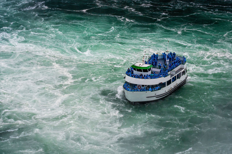 Ship with tourists moves to niagara falls