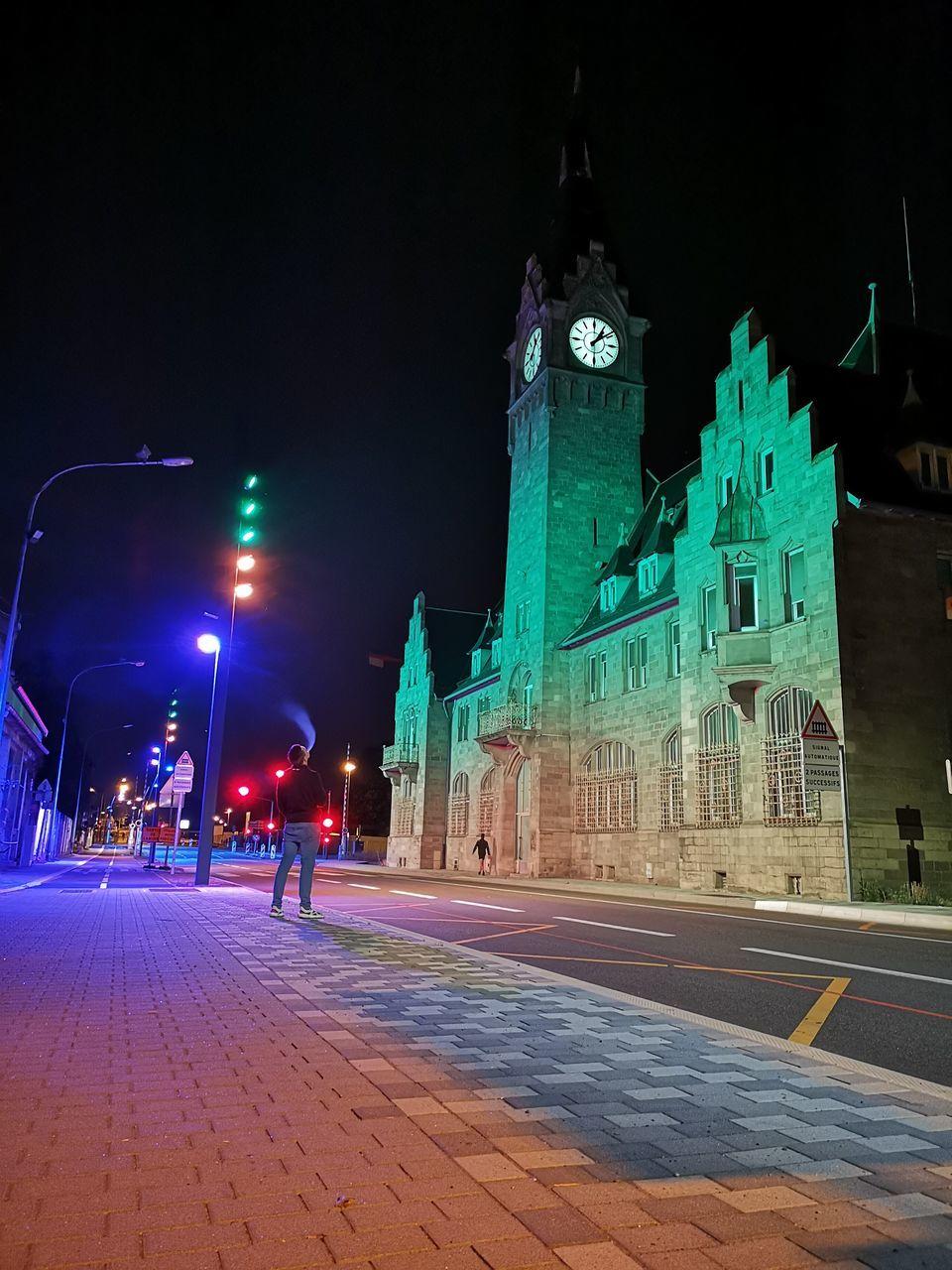 ILLUMINATED STREET LIGHT IN CITY