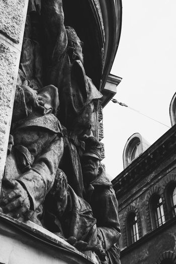 Statue Low Angle View Architecture Travel Destinations History Tourism Built Structure City Monument Outdoors Building Exterior Sculpture Day No People Politics And Government Sky