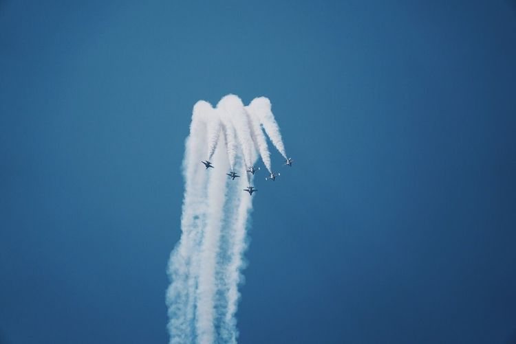 Airshow Speed Smoke - Physical Structure Flying Low Angle View Vapor Trail Mid-air Clear Sky Airplane White Color Air Vehicle Transportation Day Mode Of Transport Outdoors Fighter Plane Blue Military Airplane Motion No People