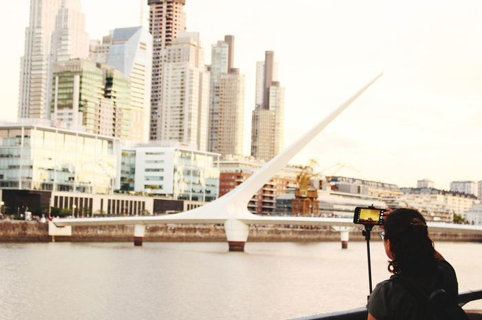 Foto de foto sepia, buenos aires. Architecture Building Exterior Sunlight Outdoors One Person City Buenos Aires Cityscape Sunset Modern Architecture Puente De La Mujer Puerto Madero Puerto Madero, Buenos Aires Buildinglovers