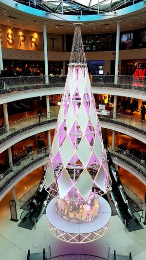 Sapin Géant au centre commercial Beaugrenelle Paris 15 Pink Sapin De Noël Christams Tree Noël Christmas Decoration Mall Centre Commercial Beaugrenelle Paris Winter Holidays Present Cadeau Lumières Brillant Indoors  No People Day Close-up Architecture Indoors