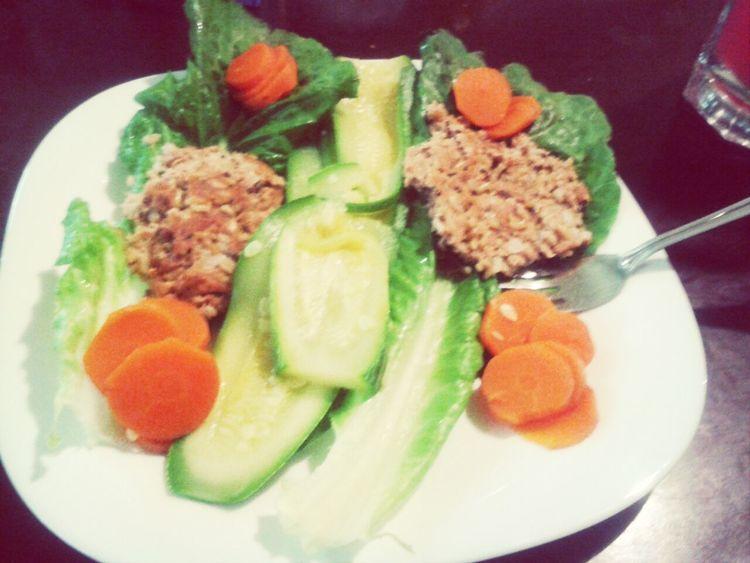 tortitas de atun con quinoa sobre una cama de verduras.. bien sucu!