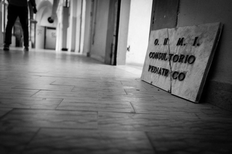 """Untold Stories PARENTHOOD: THE RIGHTS OF THE FATHERS [3] La Corte di Strasburgo, da ultimo con la sentenza depositata il 29 gennaio 2013 (Lombardo, ricorso n. 25704/11), ha condannato l'Italia per violazione dell'articolo 8 della Convenzione europea dei diritti dell'uomo che garantisce il diritto al rispetto della vita privata e familiare e del diritto dei genitori separati non collocatari a frequentare i propri figli come da sentenza. Gli Stati – ha precisato Strasburgo – devono mettere in atto tutte le misure idonee a consentire un'attuazione effettiva del diritto alla vita familiare, tenendo conto dell'interesse superiore del minore che, d'altra parte, deve essere garantito anche in base alla Convenzione di New York del 1989 sui diritti del fanciullo. La mancata attuazione dei provvedimenti giudiziari funzionali a garantire un'unione tra genitori e figli costituisce una violazione della Convenzione. Ne va delle """"relazioni tra bambino e genitore che non vive abitualmente con lui"""". In this photograph: Vecchio Ospedale (Former Hospital), Cortona (AR), Italy. Rights Of The Fathers Diritti Dei Padri Fathers Reportage Corte Di Strasburgo Claudia Ioan Telling Stories Differently"""