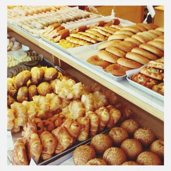 """1920년대 일본인이 """"이즈모야""""라는 화과점으로 문을 열었고 1945년 일본이 패망으로 이씨가 이 가계를 인수하여 이(李)씨 성(性)을 가진 사람이 운영하는 빵집(堂)""""이성당""""이 오늘에 이르러 현존하는 빵집중 가장 오랜 역사를 자랑한다. 이성당 방문 :) Best Bread In Town Bread Delicious"""