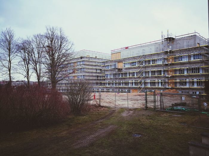 Die lange Front vom Neubau. Built Structure Architecture Building Exterior Construction Site