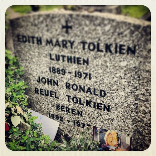 RIP story teller, Lordoftherings has been my favourite book for a long time and the first time I went to Oxford I couldn't miss the opportunity to pay my respect. Lordoftherings Tolkien Mobilephotography Snapsheed Cementery Writer Jrrtolkien Graveyard Grave Monument