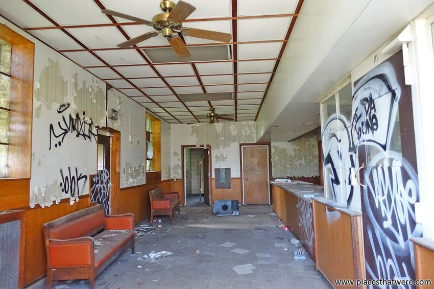 Reception. More here: http://www.placesthatwere.com/2016/11/inside-joliet-correctional-center-abandoned-prison.html Reception Indoors  Abandoned No People Ruined Buildings Illinois Urban Exploration Abandoned Prison Rust Belt Ruined Building Joliet Abandoned Places Urbex Abandoned Illinois Prison Penitentiary Abandoned America Ruin Decay Urban Decay Waiting Room Vandalism Graffiti