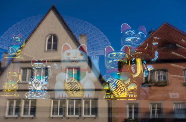 Architecture Beckoning Cat Building Exterior Built Structure Cat Chinese Lucky Cat Day Gold Good Luck Japanischer Glücksbringer Low Angle View Luck Lucky Maneki-neko New And Old No People Old Buildings Old City Building Outdoors Poor And Rich Reflected Glory Reflection Sky Talisman Winkende Katze