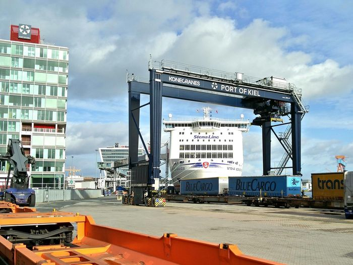 Stena Scandinavica im Kran. Kiel Fähre Fährschiff Ostsee Baltic Sea Stena Line Ferry Stena Ship Ferry Boat Hafen Habour PortofKiel Eisenbahn Railroad Container