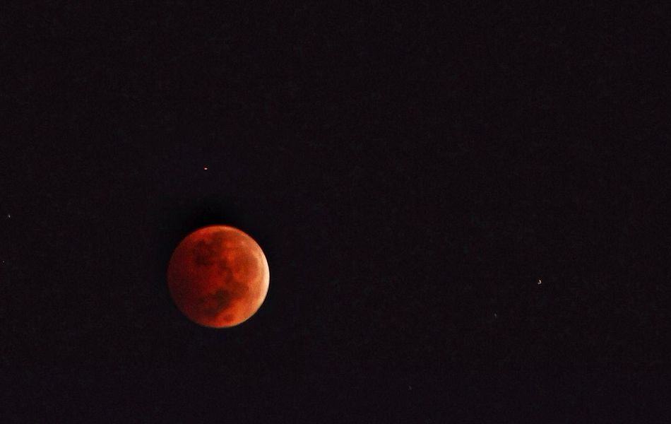 Luna roja. The Moon Lunar Eclipse Red Moon With A Strange Red Light Coincidencetography