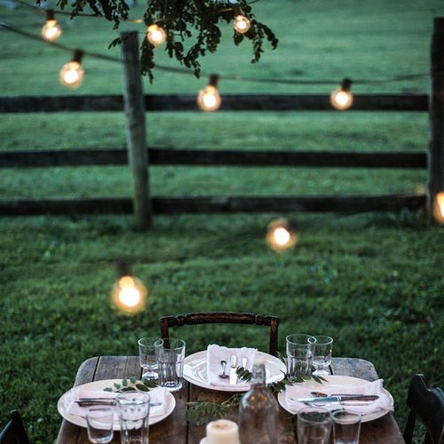 Pretty image I found via @local_milk that perfectly sets the tone for celebrating Summersolstice🌞 Outdoor Tablesetting Summertime SummerNights are longer now! Dining Alfresco Outdoorlighting