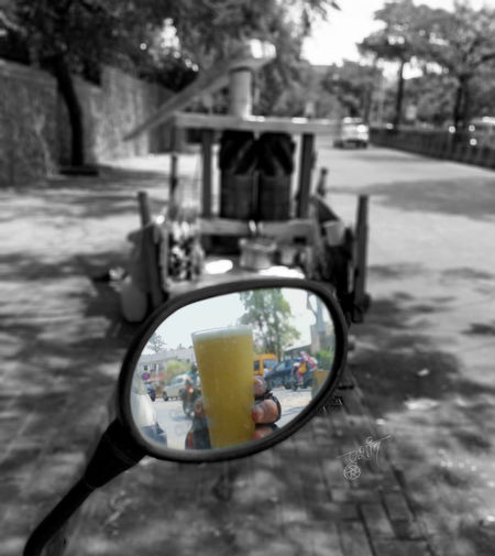Beat the Heat Beattheheat Blackandwhite Focus Focus On Foreground Outdoors Reflection Side-view Mirror Sugarcanejuice Summer Adventures In The City