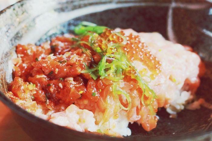 Shake zannai donburi (chopped salmon, yukke salmon, wasabi-mayonnaise salmon and roe).
