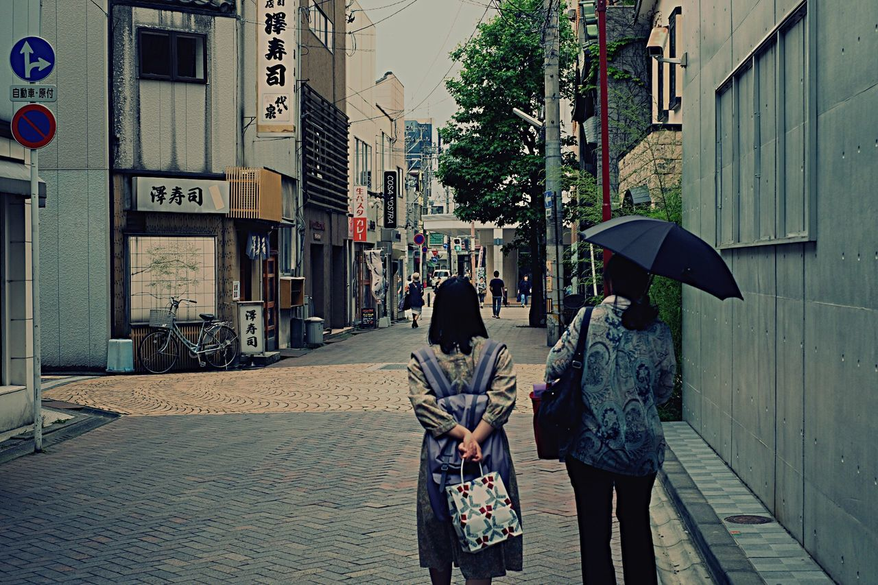 walking, real people, women, built structure, street, city, city life, two people, building exterior, lifestyles, architecture, outdoors, day, men, togetherness, adult, people, adults only