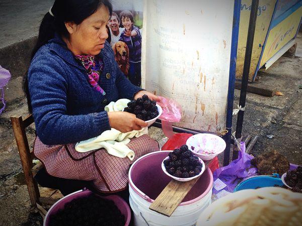 La mujer de las moras. 2mil17 Chiapas, México San Cristóbal De Las Casas, Chiapas. Woman Real People Market IPhoneography Moras Pueblo Mágico SitiosDistintos