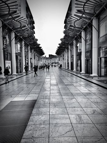 Commercial street 💶🛍📸 Shopping Street City Zara FNACPhotooftheday Taking Photos HDR Black & White Photo Point Of View
