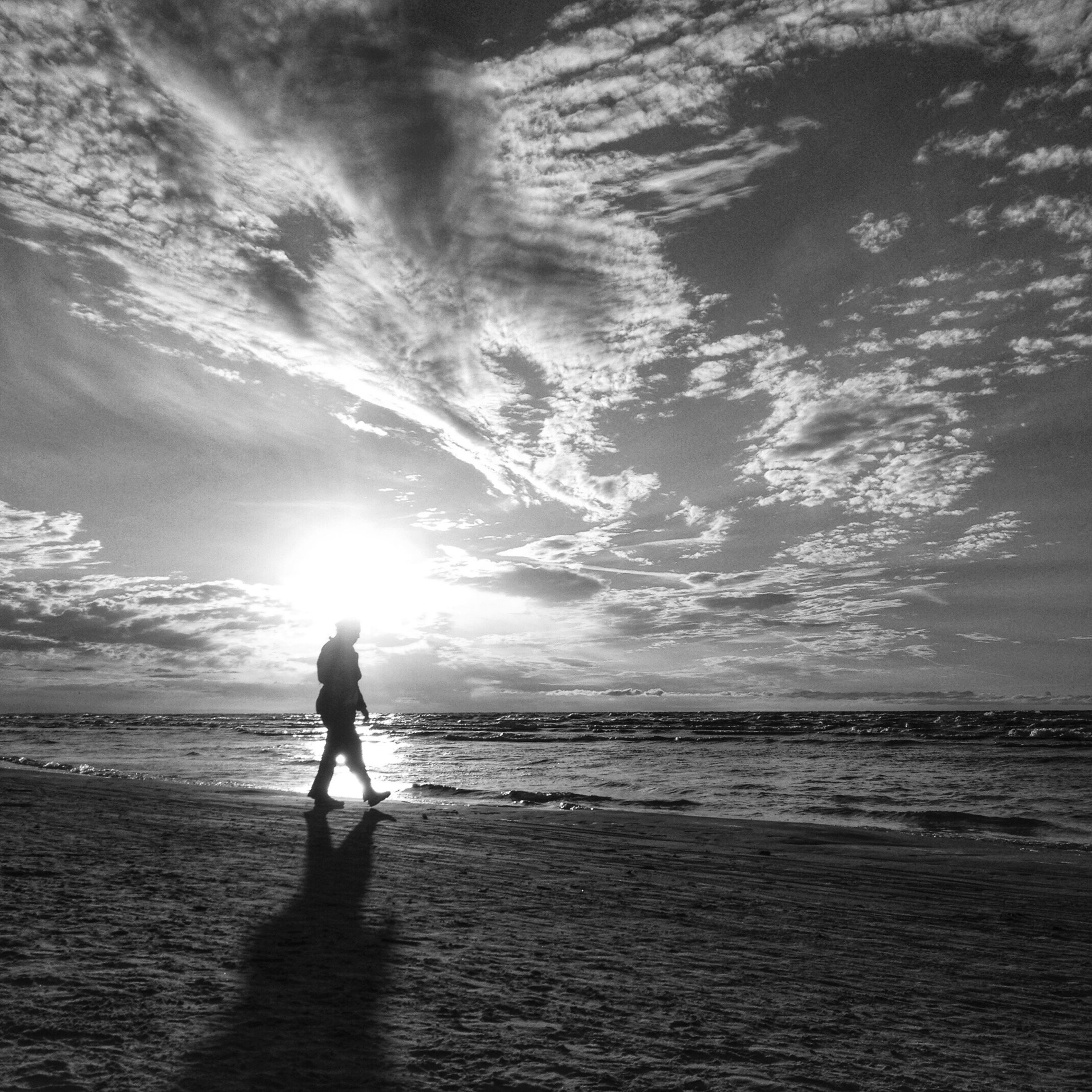 sea, water, horizon over water, beach, sky, silhouette, leisure activity, lifestyles, shore, full length, tranquil scene, tranquility, scenics, standing, beauty in nature, nature, cloud - sky