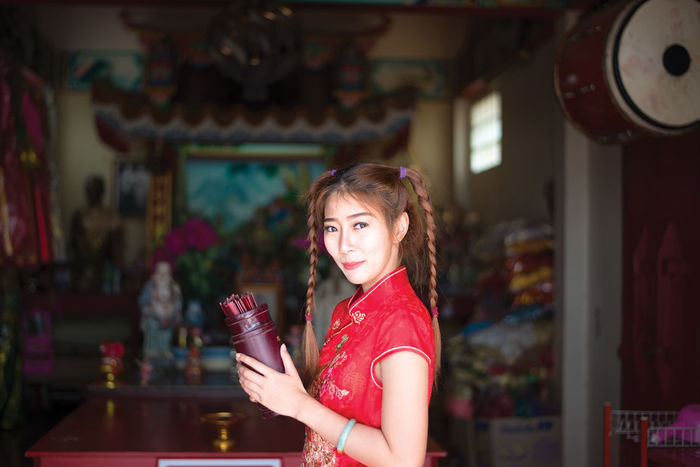 Chinese woman in traditional cheongsam in the new year in the Shrine Dress Event Happy New Year People, Red Shrine Celebrate China Chinese Happiness Happyness Holding Lifestyles Tradtional Wish Women