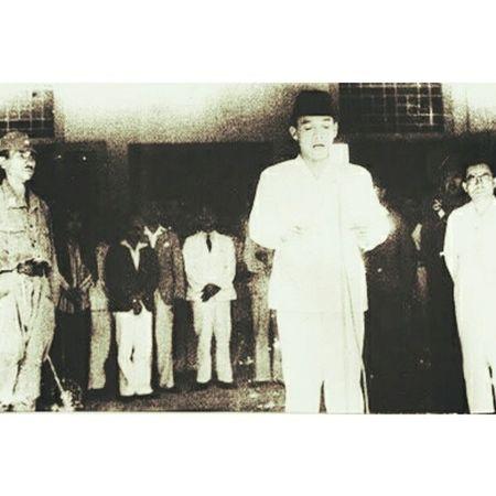 Kami bangsa Indonesia dengan ini menjatakan kemerdekaan Indonesia. Hal-hal jang mengenai pemindahan kekoeasan d.l.l, diselengarakan dengan tjara saksama dan dalam tempoh jang sesingkat-singkatnja Djakarta, hari 17 boelan 8 tahoen 05 Atas nama bangsa Indonesia Soekarno/Hatta INDONESIA IndependeceDay Lanjutkanperjuangan 1945 69tahun 2015
