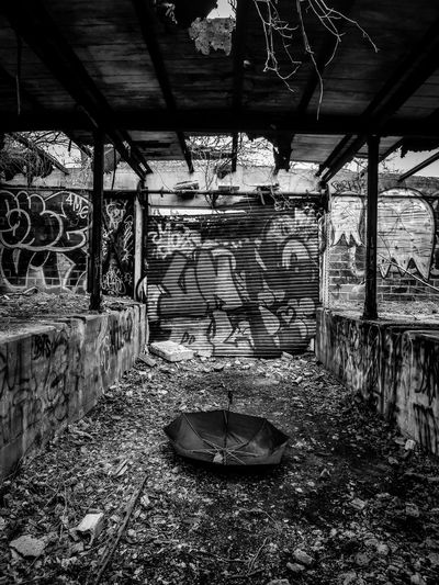 abandonné Blackandwhite Light And Shadow NYC Graffiti Art NYC Photography Urbanphotography Abandoned Abandoned Places Umbrella Desolate Black And White Architecture Graffiti