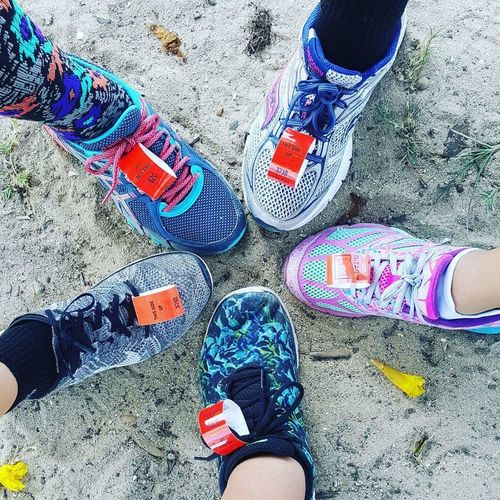 Runners Guamlife Friends Marathon Shoes In The Sand