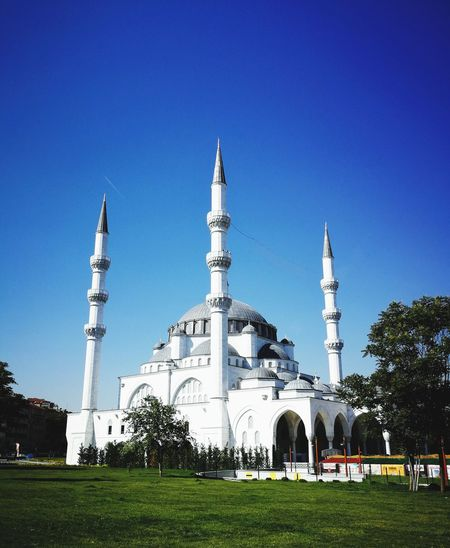 Melike Hatun Mosque in Ulus in Ankara / is a first in Turkey with its unique style combining Ottoman Seljuk and modern architecture. Sky Turkey Türkiye EyeEm Nature Lover EyrEmNewHere Mosque Mosque Architecture Islamic Architecture Ankara Tree Clear Sky Blue Amusement Park Sky Grass Tall - High Fairground Amusement Park Ride