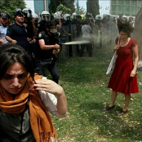 K ırmızılıkadınTaksim Istanbul Gezipark ıturkeytürkiyeoccupygezioccupytaksimheryertaksimheryerdirenişdirenişthewomanwithredteargasbibergazıpolispolicehumanrightsinsanhaklarıunutmaunutturmarevolutiondevrim