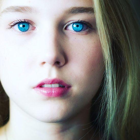 Quand eyeem choisi dans ma galerie une photo publiée... Portrait Beautiful Woman Beauty Human Eye Human Face Young Women Looking At Camera Close-up Blue Eyes Iris - Eye Natural Beauty