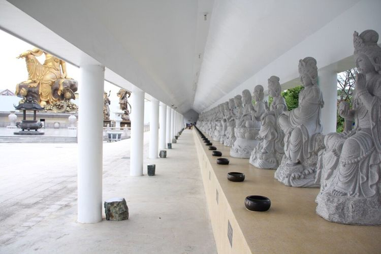 Light And Reflection Architectural Column Built Structure Architecture Statue Sculpture No People Human Representation