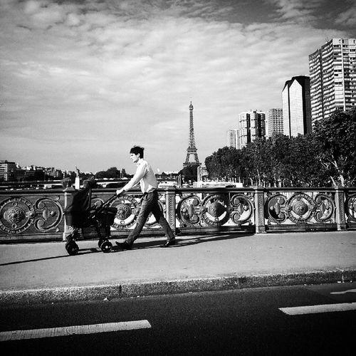 Le businessman parisien rentre chez lui... Paris Iloveparis Parisjetaime Eiffeltower toureiffel instaday instaparis instalove igersparis businessman parisian parisien parisienne city photooftheday instacool instagood parisblogger parisbynight