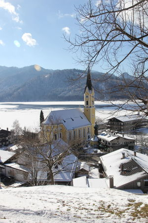 Schliersee im Winter Alpen Ausblick Berge Dorf Kirche Panorama Schliersee Schliersee, Bayern Schönes Wetter Winter Orthodox Sonne Tourismus Winterlandschaft