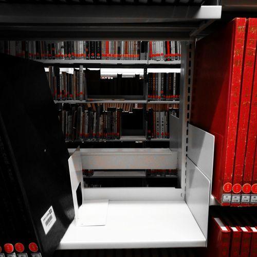 規則的に並ぶ本の蔵。主張する物がないというのはこんなにも落ち着かせてくれる。ふと、目を惹く一冊は甘い余韻を思い出させるのだから笑ってしまった。My Favorite Place Book Library Japan Indoors